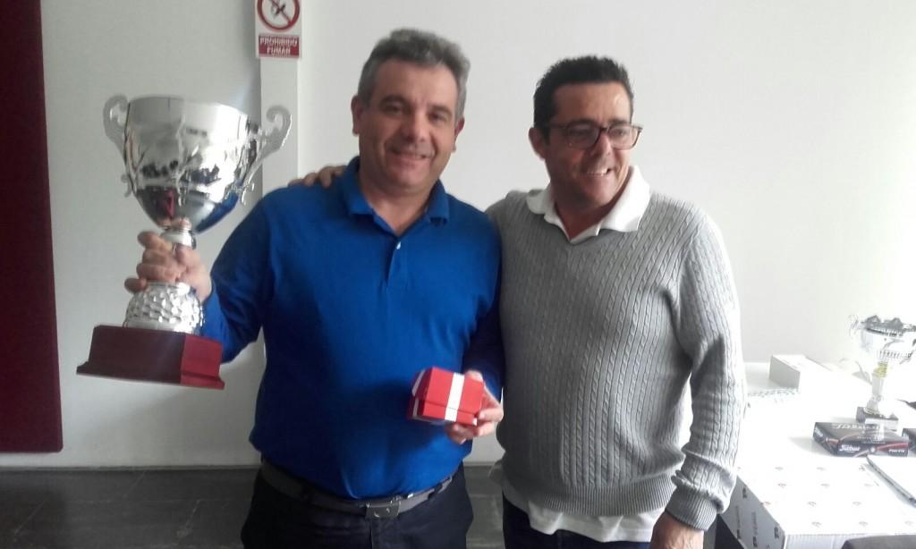 El campeón de la Liga 2015 recoge el trofeo de manos de Jaime Campos.